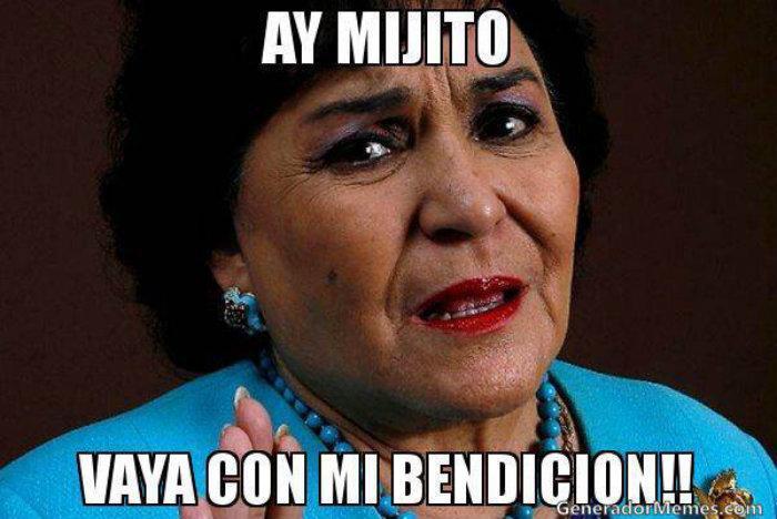 Carmen Salinas, meme, vestir santos,
