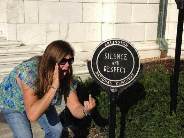 Lindsey Stone, cementerio, tuits polemicos, tweets polemicos, tuits controversiales, tuits que arruinaron vidas