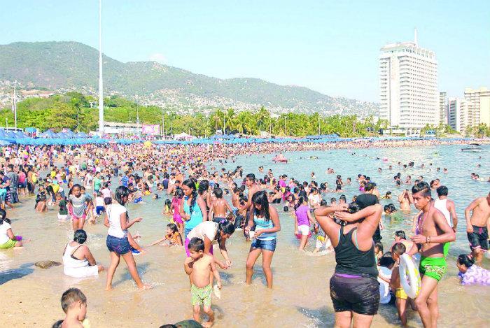 10 personajes, nefastos, encontramos, playa, vacaciones, mujeres, hombres, traje de baño,